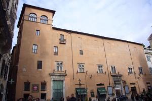Almo Collegio Capranica - 1200px-Colonna_-_palazzo_Capranica_1150504_118edc750e24a11628bd25e1fe128695